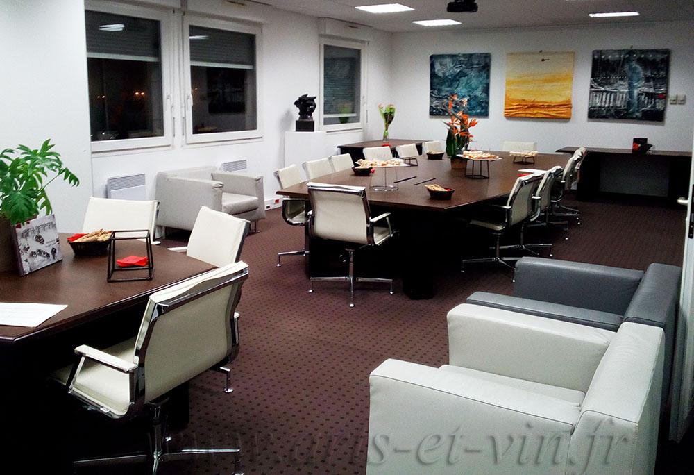 Bureau en Entreprise avec grande table de réunion