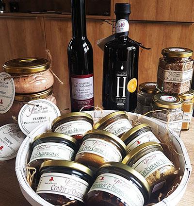 Epicerie Fine tapenades dans corbeille et huile d'olive