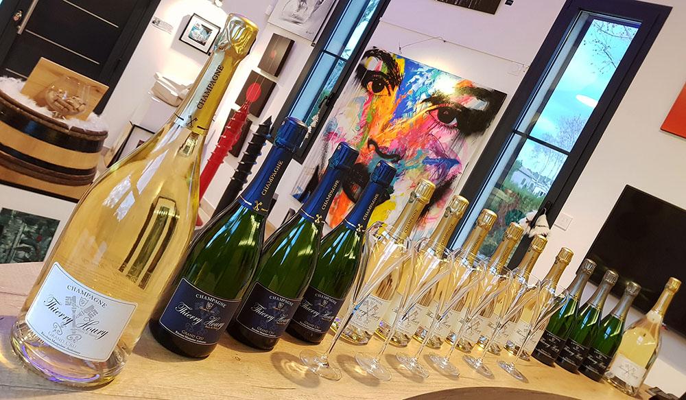 Bouteilles de champagne sur bar de la galerie