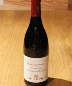 bouteille Châteauneuf du Pape Le Myocene Alain Jaume sur une table en bois