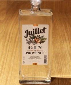 bouteille Gin de Provence Juillet Ferroni sur table en bois