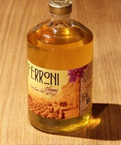 bouteille Liqueur Honey Rhum Ferroni sur table en bois