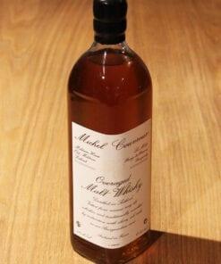 bouteille de Overaged Malt Whisky Michel Couvreur sur une table en bois