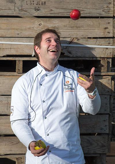 Patron Pressoirs de Provence qui jongle avec des fruits