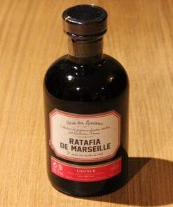 bouteille Ratafia de Marseille Ferroni sur table en bois