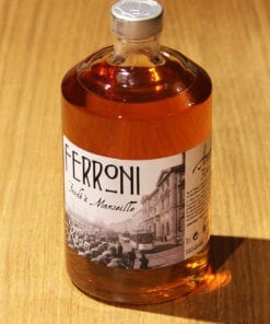 bouteille Rhum Ambre Ferroni sur table en bois