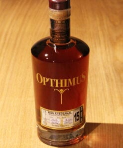 bouteille Rhum Opthimus 15 sur table en bois