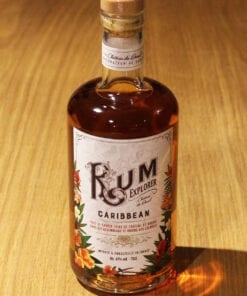 bouteille Rum Explorer Caribbean sur table en bois