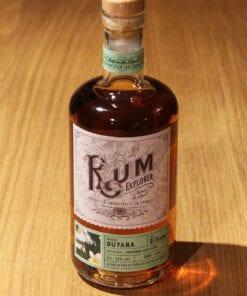 bouteille Rum Explorer Guyana sur table en bois