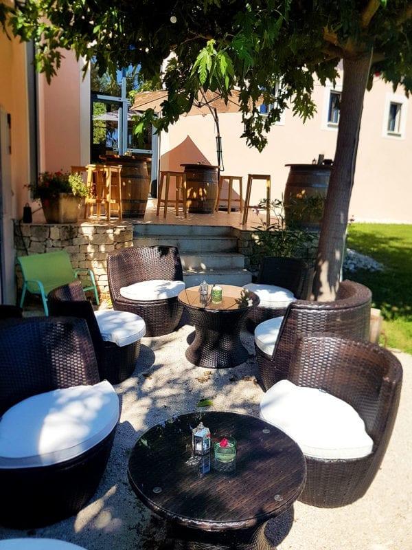 Petit salon sur la terrasse Arts et Vin