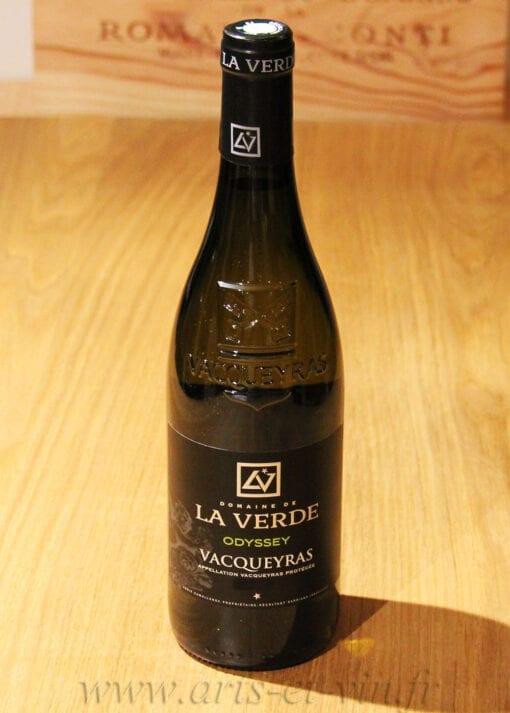 bouteille de Vacqueyras Blanc Odyssey Domaine de la Verde sur une table en bois