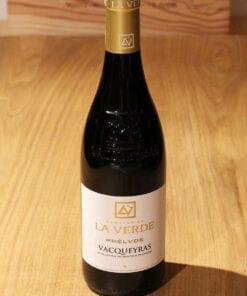 bouteille de Vacqueyras Rouge Prelude Domaine de la Verde sur une table en bois