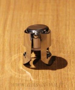 Bouchon champagne sur table en bois