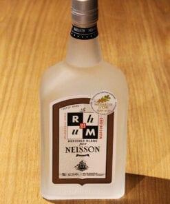 bouteille Rhum Blanc Neisson sur table en bois