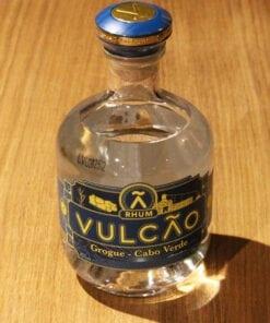 bouteille Rhum Grogue Vulcao Ferroni sur table en bois