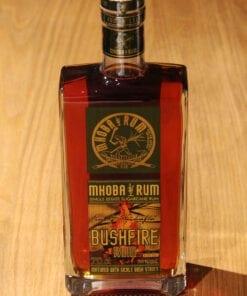 bouteille Rhum Mhoba Bushfire sur table en bois