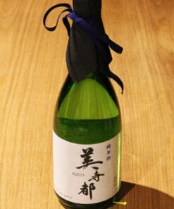 bouteille Sake Bijito sur table en bois