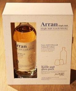 Whisky Arran 10 ans coffret 2 verres sur table en bois