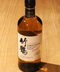 Bouteille Whisky Nikka Taketsuru sur table en bois