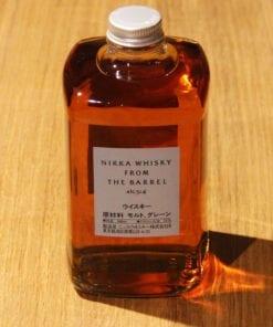 bouteille Whisky Nikka from the Barrel sur table en bois