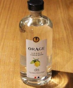 bouteille Vodka Orage Citron de menton sur table en bois