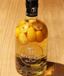 bouteille Rhum Arrange Kumquat Cafe Ti Rhums de Ced sur table en bois