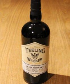 bouteille Whisky Teeling Small Batch sur table en bois